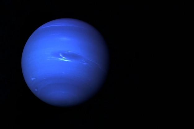 黒の背景にある惑星海王星この画像の要素はnasaによって提供されました