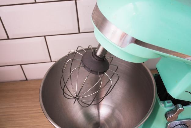 キッチンのプラネタリーミキサー。生地の準備