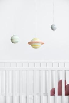흰색 침대 위의 행성 모빌