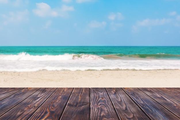 Планка деревянный стол перед крупным планом предпосылки пляжа песка моря или океана крайним. 3d рендеринг