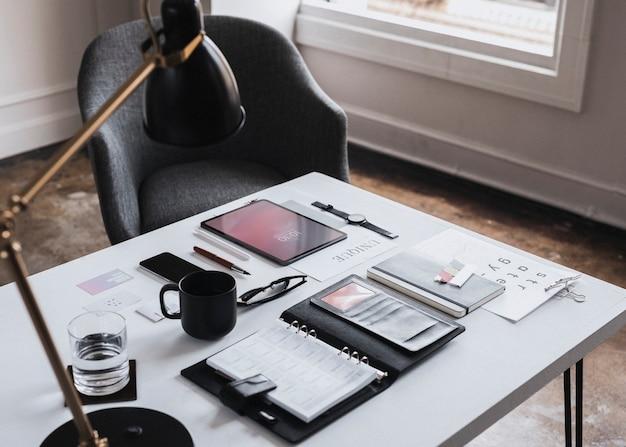 디지털 장치가 있는 책상 위의 플래너