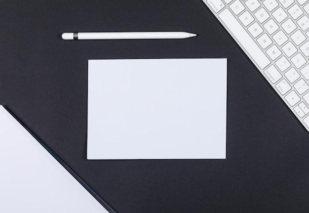 紙、鉛筆、キーボード、テキスト、トップビューの黒い背景のスペースのコンセプトを計画します。横長画像
