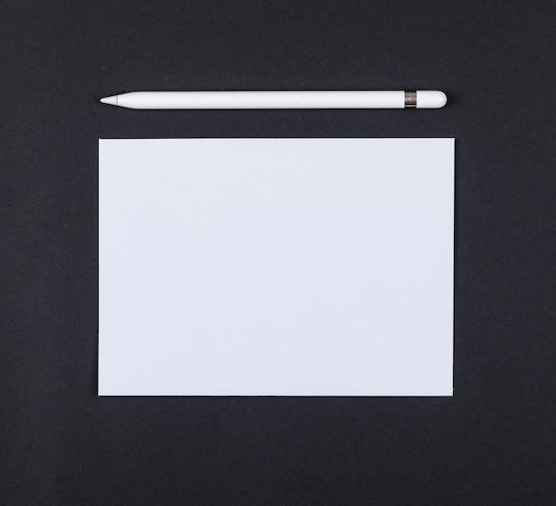 鉛筆でコンセプトを計画、黒の背景の上面に紙。テキストのためのスペース。横長画像
