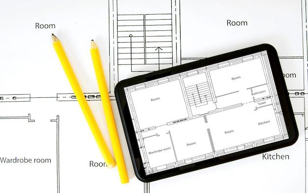 주택 건설 계획. 태블릿, 도면 및 작업 도구.
