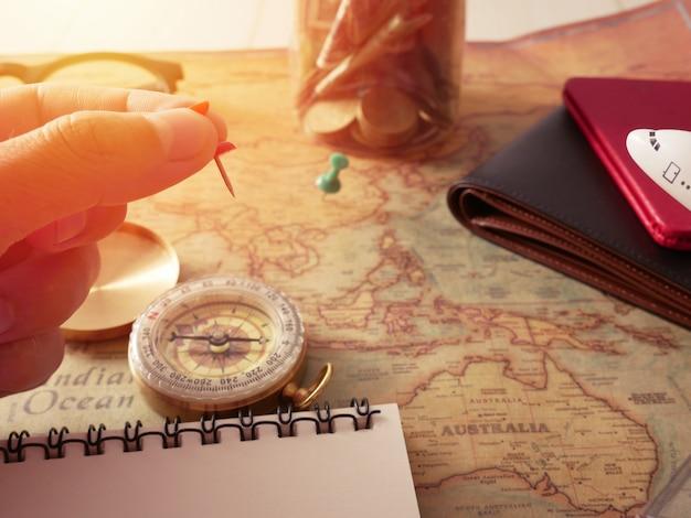 여행 컨셉, 여행 액세서리 계획.지도, 스틱, 수하물, 나침반 및 비행기 모델, 센터 빈티지 톤의 복사 공간 여행 준비 여행지도의 비용