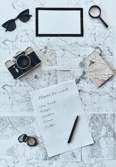休暇の計画。サングラス、フォトカメラのハイアングルショット
