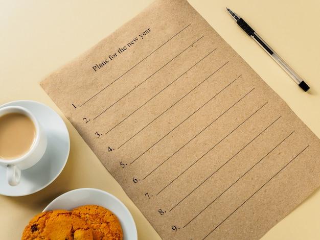新しい年の計画。クラフトペーパー上のテキストと手書きのスペース。