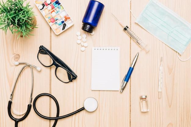 Заводы и медицинские принадлежности вокруг ноутбука