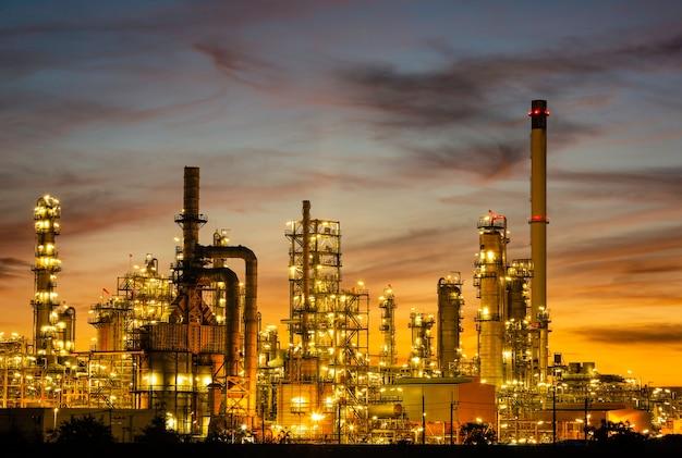 Завод и колонна башни нефтехимии в