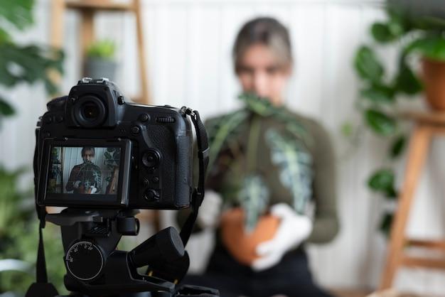 ビデオを撮影している植物ブロガー