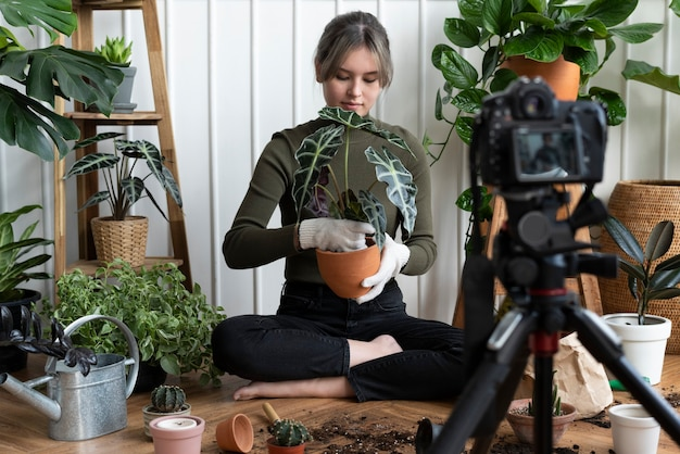 Blogger di piante che filma un video di se stessa che pianta
