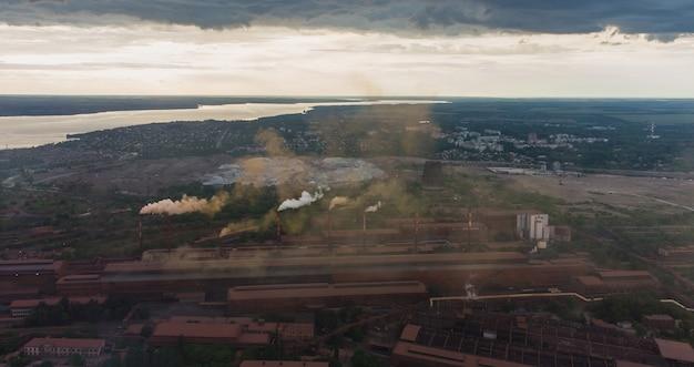 プラントは日没時にパイプから煙とスモッグを放出します環境災害冶金産業