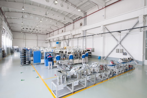 자동차 헤드라이트 생산 및 조립 공장 자동차 부품을 만드는 노동자