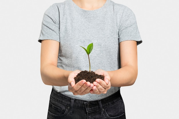 Pianta in mano per la riforestazione per prevenire il cambiamento climatico