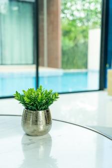 Растение в вазе украшение на столе в гостиной