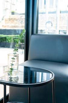 リビングルームのテーブルに花瓶の装飾を植える
