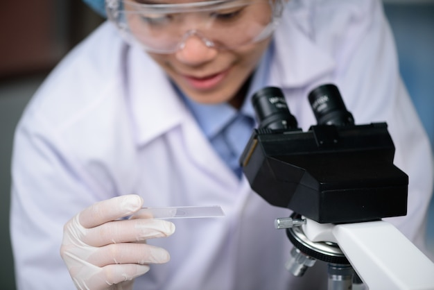 Завод исследователь работает в лаборатории