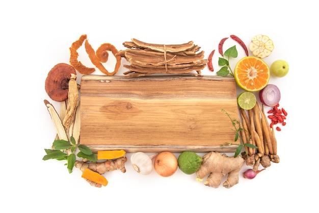 Растения, фрукты, овощи и травы противовирусные и иммунные, такие как имбирь, куркума и другие изолированные.