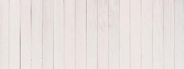背景として白、木製のテーブルまたは壁に描かれたプラーク