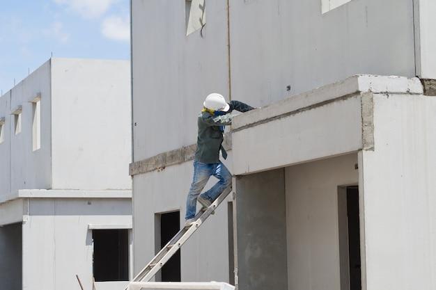 Штукатурка, строительный дом, рабочий, строительные утюги для строительства, бетона и оборудования