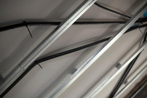 Рейки из гипсокартона размещены на потолке