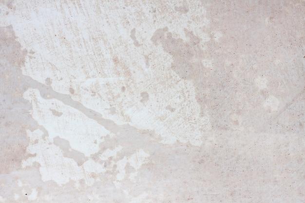 Оштукатуренная стена покрыта свежей грунтовкой