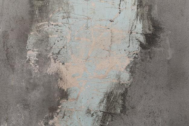 벗겨지고 낡고 불결해 보이는 집의 회반죽 벽.