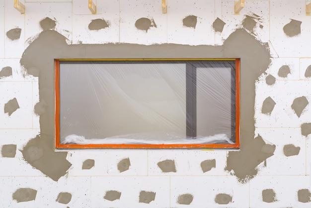 새로운 개인 주택 건설 및 건축의 발포 단열 외관에 석고 작업 ...