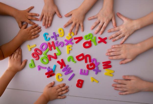 아이 손 평면도와 플라스틱 알파벳 문자