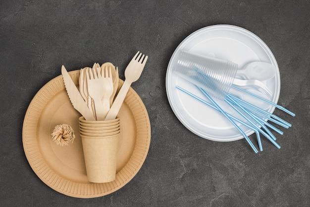 Пластиковая и картонная одноразовая посуда для еды на вынос.