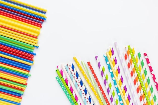 흰색 플라스틱 및 종이 빨대. 재활용, 환경 대화 및 플라스틱 빨대 금지 개념