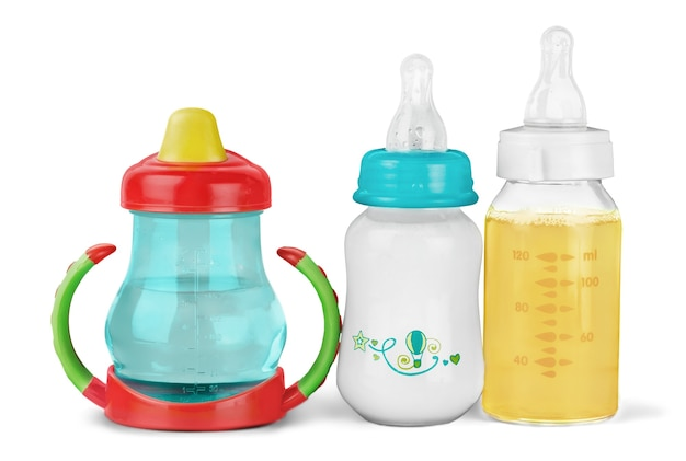 물, 우유, 주스가 들어 있는 플라스틱 젖병