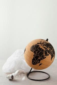 지구 옆에 비닐 봉투