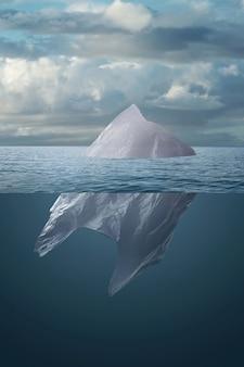 Пластиковый пакет плавает в море как айсберг.