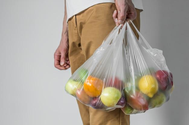 Пластиковый пакет продуктов из супермаркета.