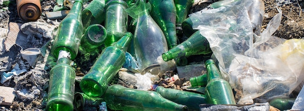 Пластиковые пакеты и бутылки на свалке несанкционированный выброс мусора загрязнение природы