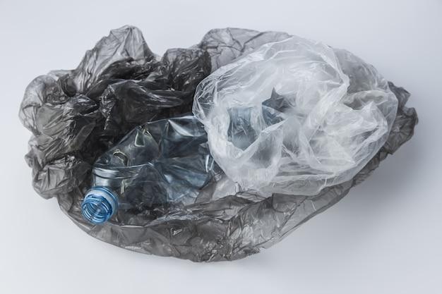 비닐 봉지와 구겨진 병