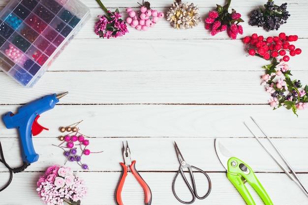 手作りの装飾やジュエリーを作るためのプラスチック製のベリー、花、ビーズ、楽器。上面図
