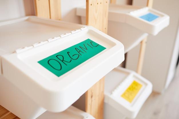 有機性廃棄物、家庭の選別および保管の概念のラベルが付いたプラスチック製のゴミ箱