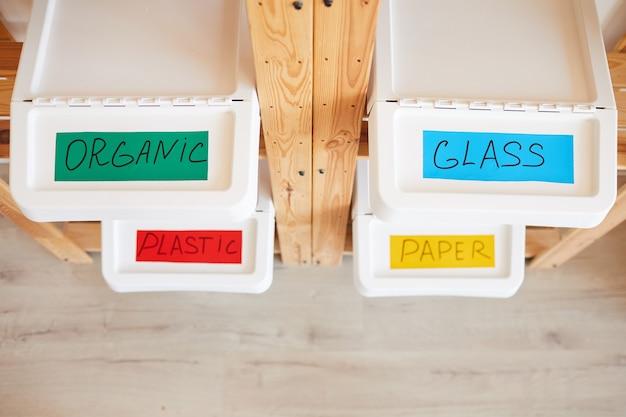 家庭での廃棄物の保管と分別のためにラベルが貼られたプラスチック製のゴミ箱
