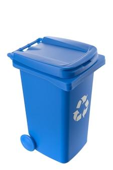 Пластиковый синий мусорный бак, изолированные на белом фоне