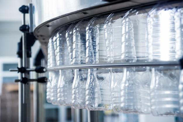 Машина для выдувания пластиковых бутылок. пэт преформы для выдувания пластиковых бутылок. процесс нагрева.
