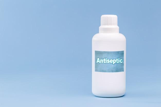 Пластиковая бутылка для перекиси водорода, синяя поверхность, концепция медицины, с копией пространства