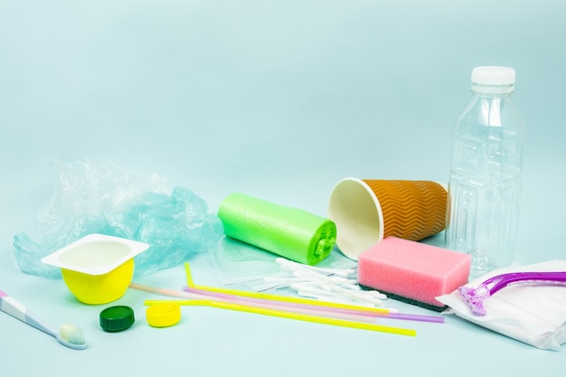 플라스틱 병, 위생 품목 및 생태를 묘사 한 플라스틱 패키지