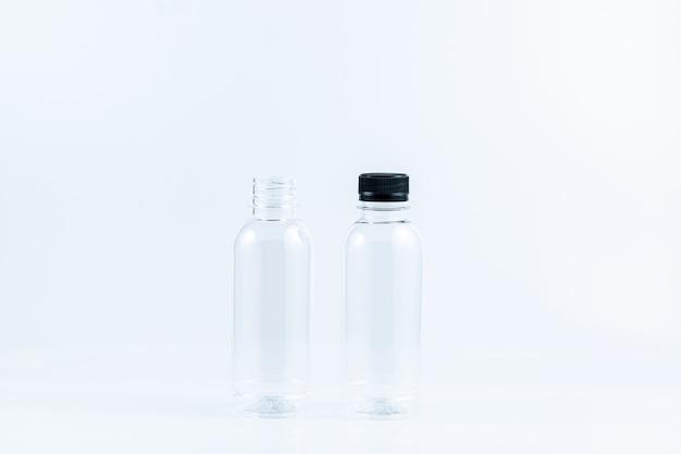 白い背景の上のプラスチックボトル白い背景で隔離の水のプラスチックボトルのセット