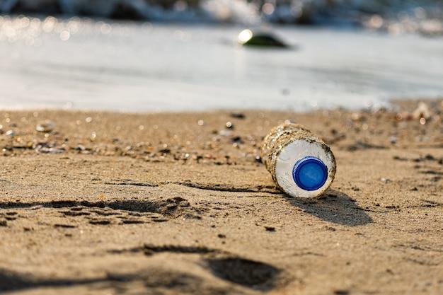해변에서 플라스틱 병