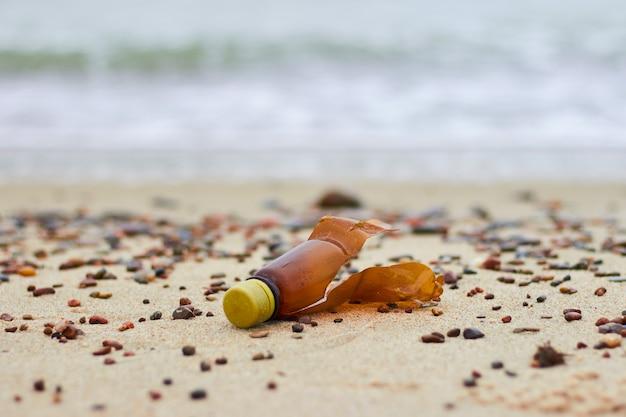 해변에 플라스틱 병. 플라스틱 막힘 문제