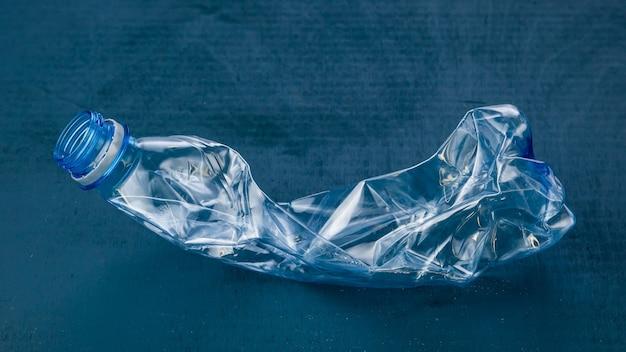 Пластиковая бутылка. понятие экологии.
