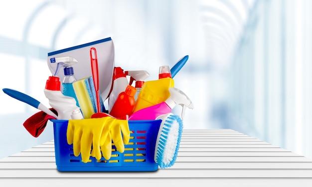 Пластиковые бутылки, чистящие губки и перчатки на синем фоне