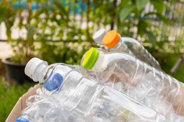 Пластиковые бутылки в коричневом ящике для мусора